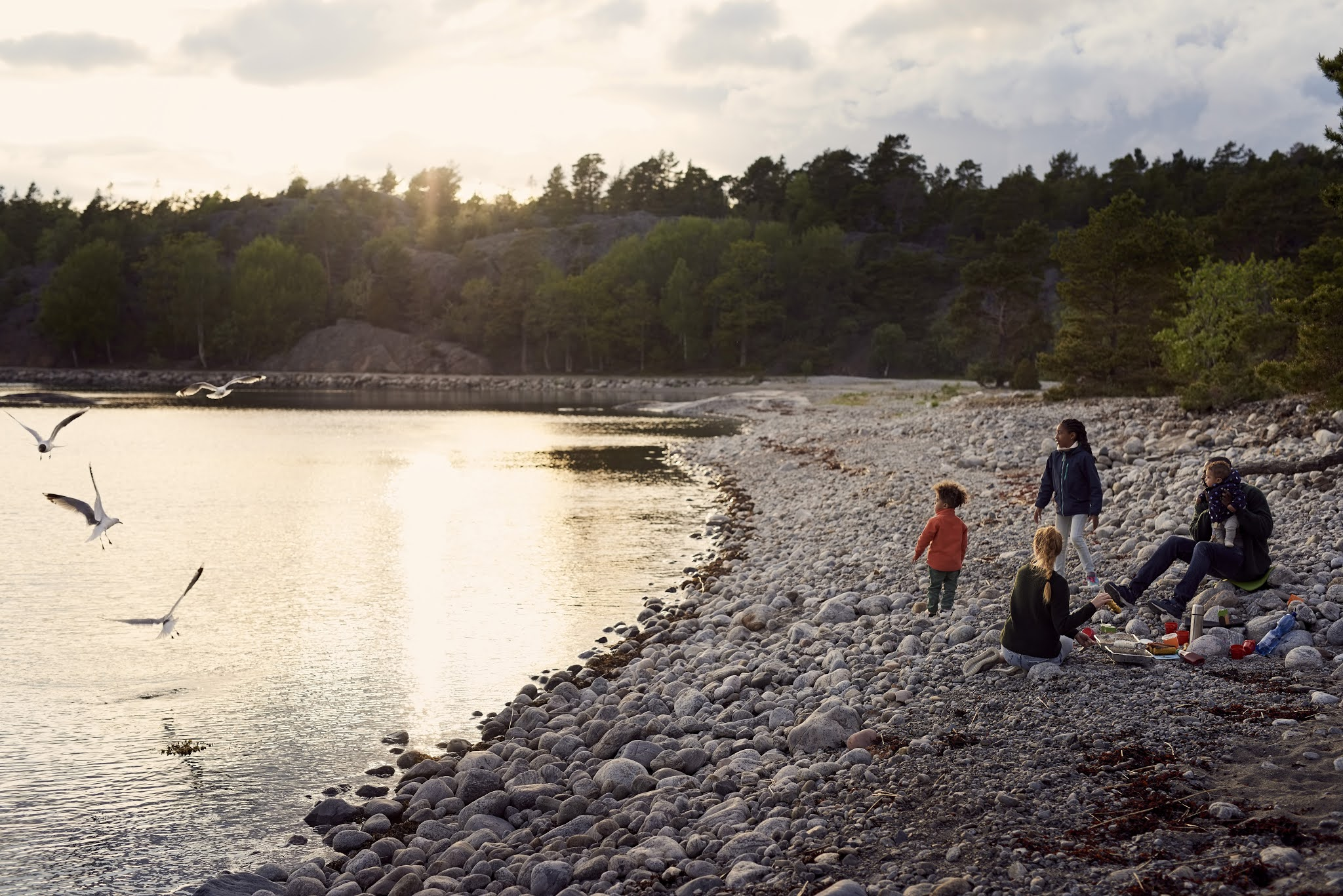 Familj som campar på stranden